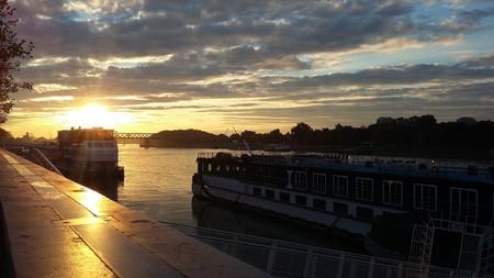 A beautiful sunset on the Danube River in Bratislava.  © mhgrafik/pixabay