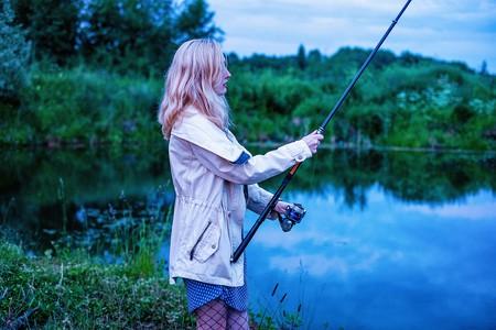 Girl fishing / Public domain / Pixabay