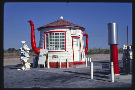 Teapot Dome gas station | © John Margolies Roadside America photograph archive (1972-2008), Library of Congress, Prints and Photographs Division