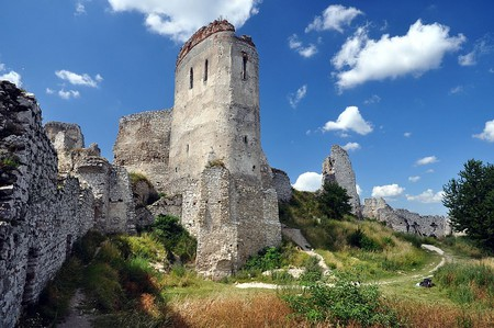 Čachtice Castle lies in ruins, but its walls have seen a rather dark history |© Lmih/Wikimedia Commons