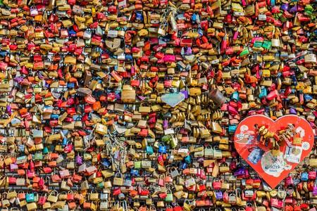 Padlocks on Hohenzollern bridge in Cologne   © maaddin / Flickr