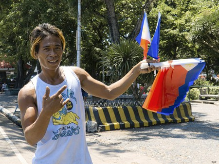 Man selling Philippine flags | © Brian Evans / Flickr