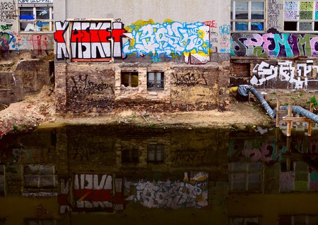 Graffiti and reflection | © W H/ Flickr