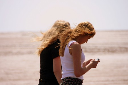 Distracted walking while texting | © Pete/Flickr