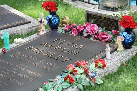 Elvis Presley's grave at Graceland   ©Lindsey Turner/Flickr