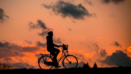 """<a href = """"https://pixabay.com/en/silhouette-fitness-bless-you-bike-683751/""""> Cyclist against the sunset   © renategranade0/Pixabay"""