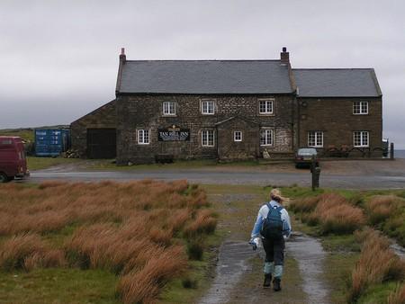 Tan Hill Inn   © Dave Dunford / Wikimedia
