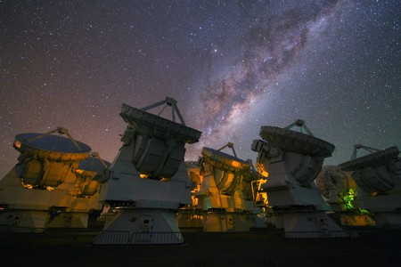 The stunning Milky Way above the antennas at the ALMA Observatory | © European Southern Observatory / Flickr