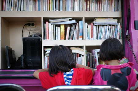 Moving library in Indonesia | © Seika / Flickr