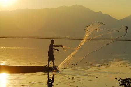 Thai fisherman casts his net | © Kwan Phayao/Flickr