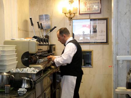 A barista expertly prepares the orders at Caffè Gambrinus | © Bex Walton/Flickr