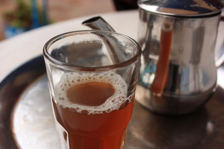 Glass of freshly poured mint tea | © Evan Bench / Flickr