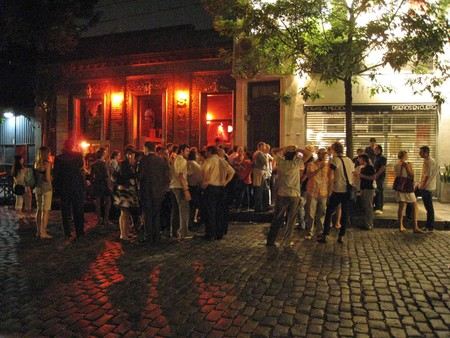 Revelers outside an expat bar in Buenos Aires   © Beatrice Murch/Flickr