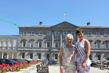 Irish Senator Catherine Zappone outside Irish parliament with Rose of Tralee Maria Walsh | © Catherine Zappone/ Flickr