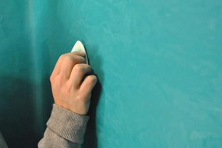 Polishing a tadelakt wall with a river stone | © Eigenheym / Wikimedia Commons