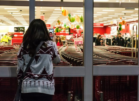 A shopper outside a store on Black Friday | © Powhusku / Flickr
