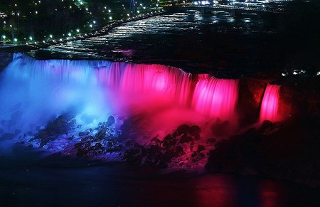 Pink Niagara Falls | ©RSII Photography/Flickr
