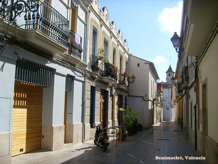 The narrow streets of Benimaclet, Valencia. Photo © Flickr/pretphoto
