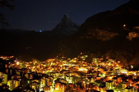 Switzerland's famous ski resort shimmers by night   © ricardoadelaide/ Pixabay