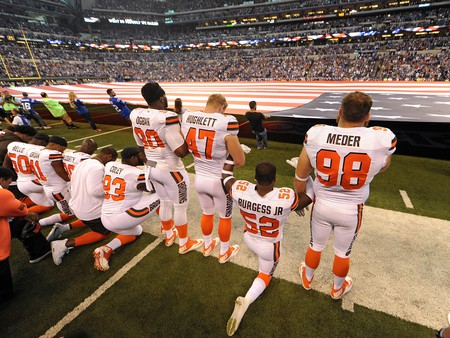 Cleveland Browns players during the national anthem | © Thomas J. Russo-USA TODAY Sports/Sipa USA/REX/Shutterstock