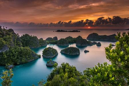Sunset in Pianemo, Raja Ampat   © Vaclav Sebek / Shutterstock