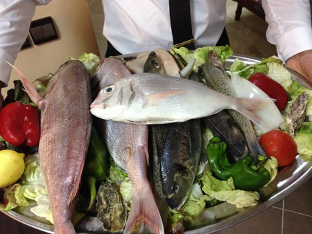 Platter of fish and salad in Morocco | © Andrew Nash / Flickr