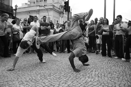 Capoeiristas use acrobatic moves to evade attacks | © Eduardo Otubo/Flickr