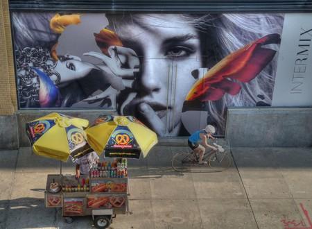 A hot dog cart in Manhattan | ©b k / Flickr