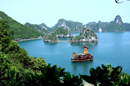 Having some fun in Ha Long Bay | © Arianos/WikiCommons