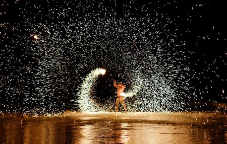 A Firestarter performs on Koh Samet Island | © Maxim Tupikov / Shutterstock