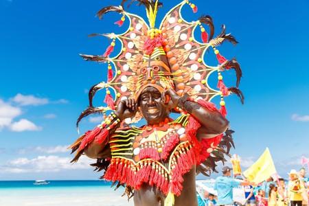 Man in colorful headdress in Ati-Atihan in Boracay  | © Frolova_Elena/ Shutterstock