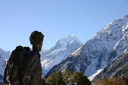Statue of Sir Edmund Hillary near Aoraki/Mount Cook, New Zealand | © Jonathan Keelty/Wikimedia Commons