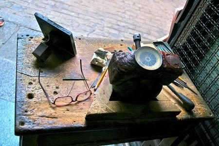 "<a href=""https://commons.wikimedia.org/wiki/File:Mesa_de_damasquinero_-_Toledo.JPG"" rel=""noopener"" target=""_blank"">A damascene artisan's tools | © Tamorlan / Wikimedia Commons</a>"