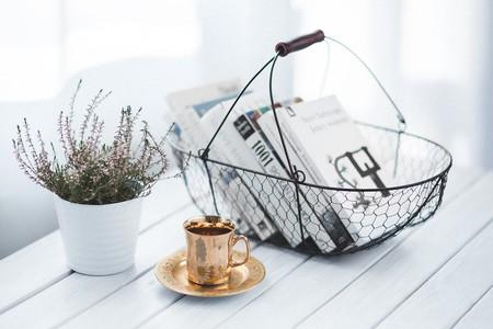 Golden cup and basket with books   ©Kaboompics // Karolina / Pexels