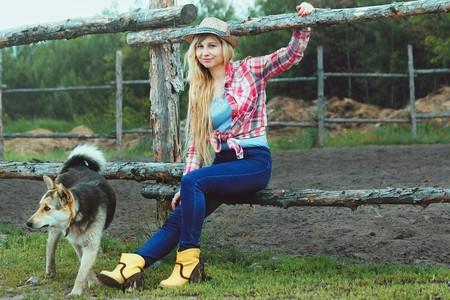 southern girl sitting with her dog | © vborodinova / Pixabay