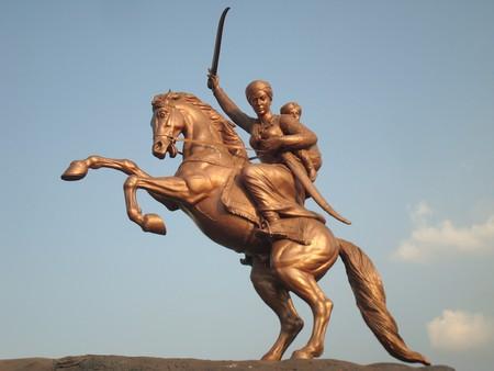 Rani Lakshmibai's statue in Solapur near the Kambar Talav   © Dharmadhyaksha/Wikimedia Commons