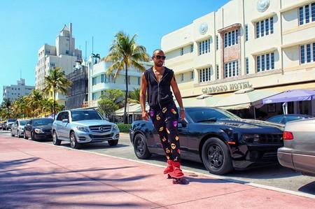 Man in PJs skating down Miami Beach | © YesManProductions / Pexels
