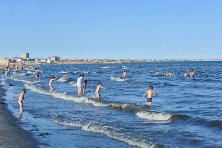 People enjoying the beach in Baku | © APAHolding.az/Shutterstock