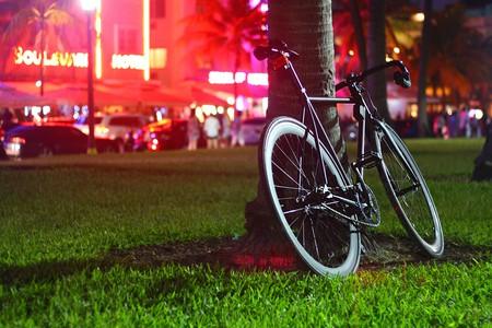 Bike on Ocean Drive in Miami | © YesManProductions / Pixabay