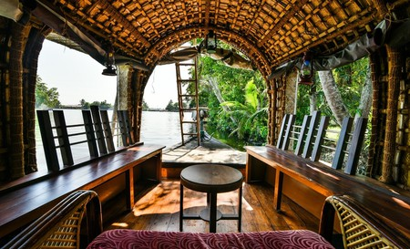 Inside a houseboat   ©ravishahi / Pixabay