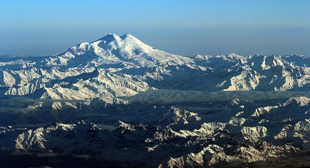 The majestic view of Mount Elbrus and the Caucasus Mountains   © Jialiang Gao/WikiCommons