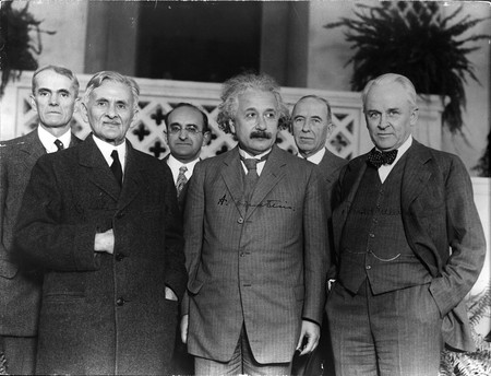 Einstein with other physicists   © Smithsonian Institution / WikiCommons