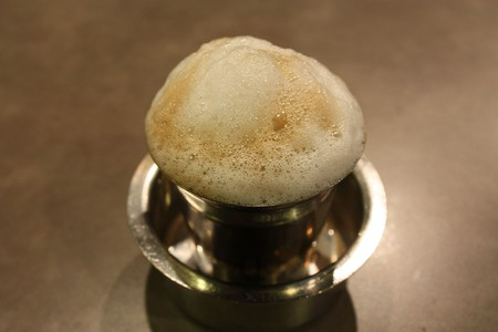 The frothing filter coffee served in a tumbler-davara combo is a traditional favorite among Chennaiites | © Wikipedia