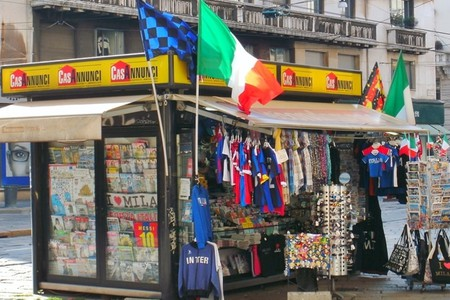 Tourist souvenir stall in Milan centre | WikiCommons