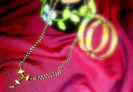 Mangalsutra with bangles | © Richa Jain