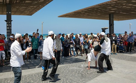 Na Nachs dancing on Israeli Independence Day 2017 at Tel Aviv beach promenade, Israel | © Boris-B / Shutterstock https://www.shutterstock.com/image-photo/tel-aviv-israel-april-02-2017-638499355?src=p_twYZytUrQgwVcrqxeGJA-2-43