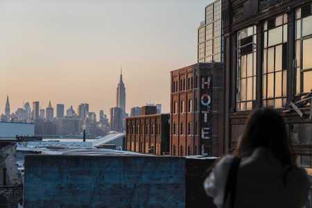 Williamsburg Hotel and the Manhattan skyline | © Thought Catalog/Unsplash