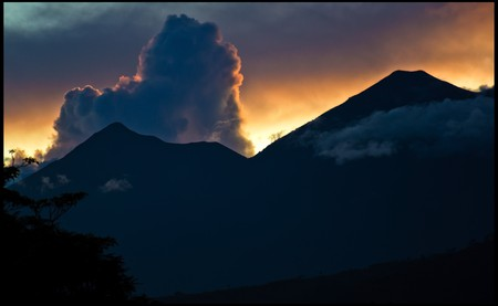 Sunset over Fuego and Acatenango volcanoes in Guatemala © Guillen Perez / flickr