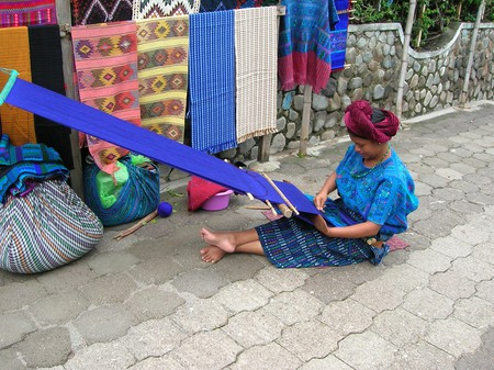 A Maya Woman Using a Back Loom │© antjojo / flickr