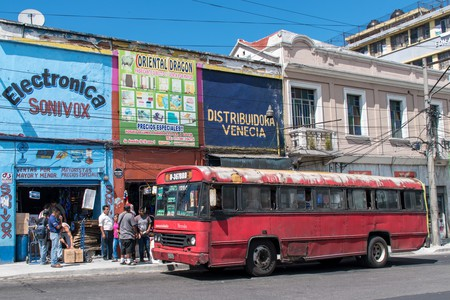 Red bus in Guatemala City | © Ralf Steinberger / Flickr